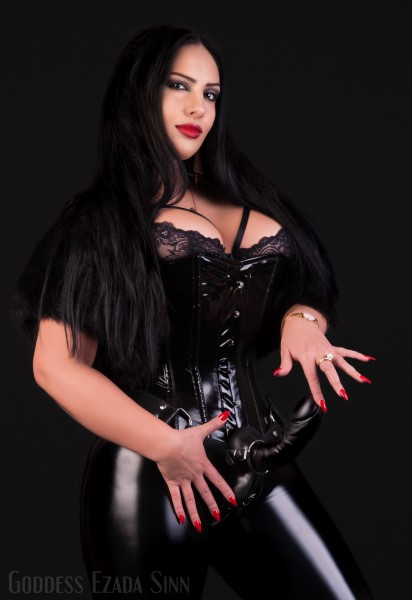 Ezada-Sinn-strap-on-photo-by-Hans-watermark